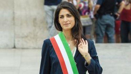Roma, Raggi in bilico tra patteggiamento e sospensione. Grillo: querelerò il Corriere della sera